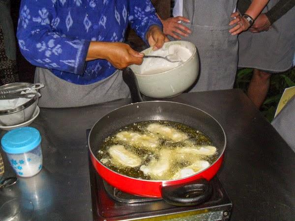 bali_cooking_class_frying_bananas