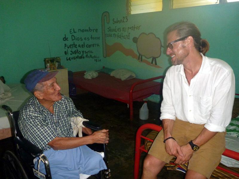volunteer-in-elderly-home