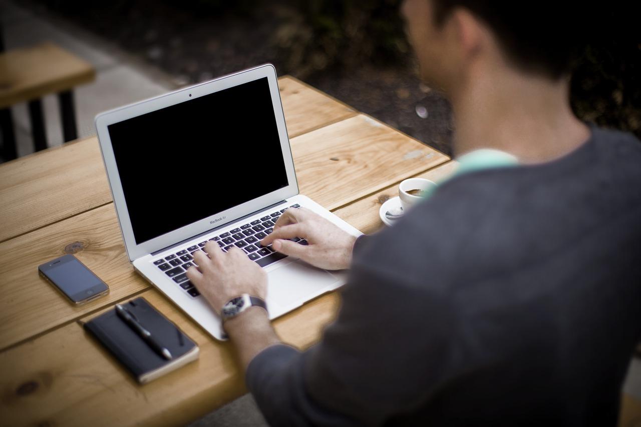 WiFi computer technology blogger
